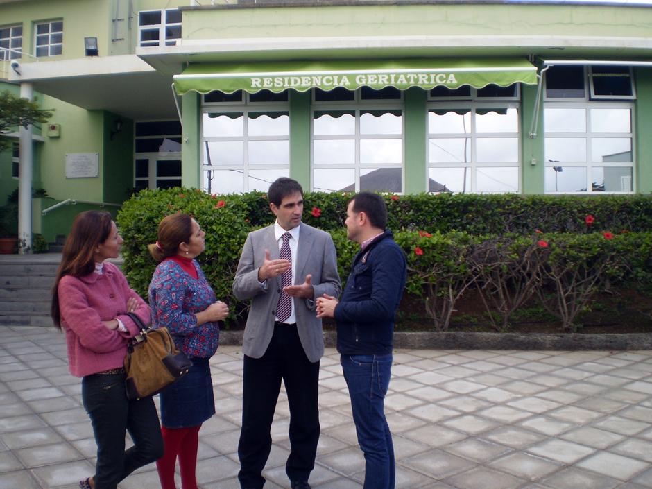 La concejala de Hacienda, la concejala de Servicios Sociales y el alcalde hablan con el director general de Dependencia del Gobierno canario durante una visita a la Residencia Genoveva Pérez.