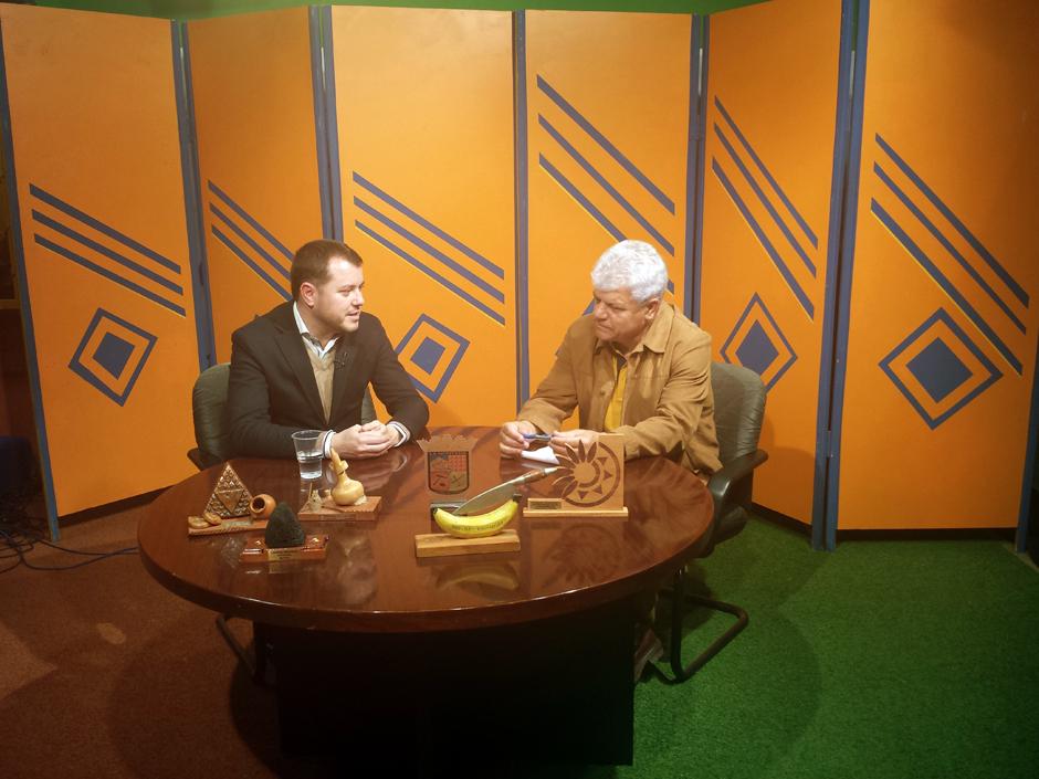 El alcalde durante la entrevista con Pepe Suárez en los estudios de Noroeste TV.