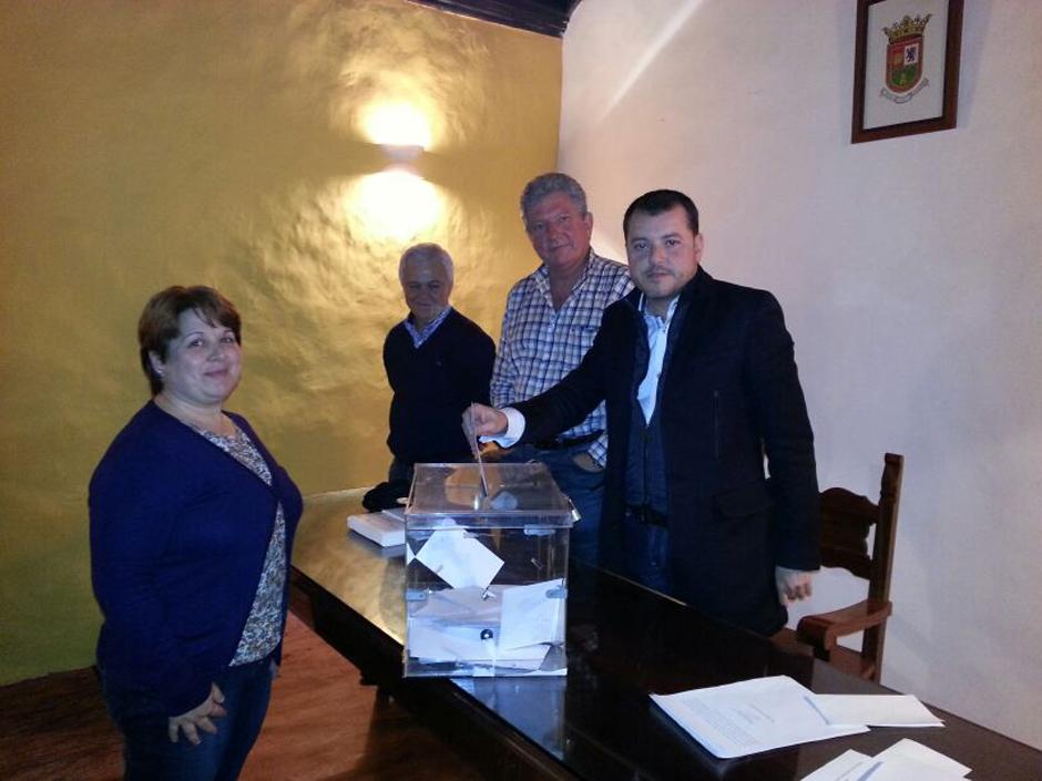 Teodoro Sosa, presidente del partido, vota ante la todavía candidata a secretaria general, Ana Teresa Mendoza.