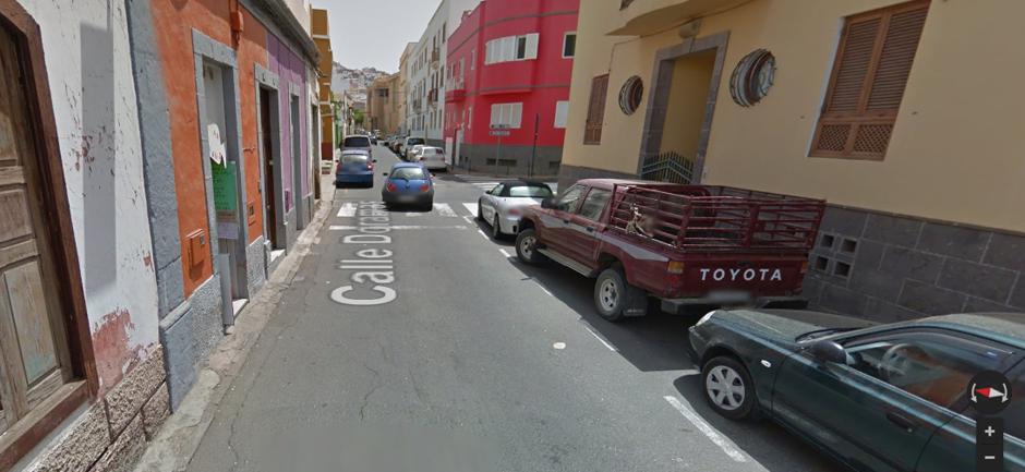 Imagen del estado actual de las aceras de la calle Doramas, prácticamente inexistentes y en mal estado. Foto: Google Street View.