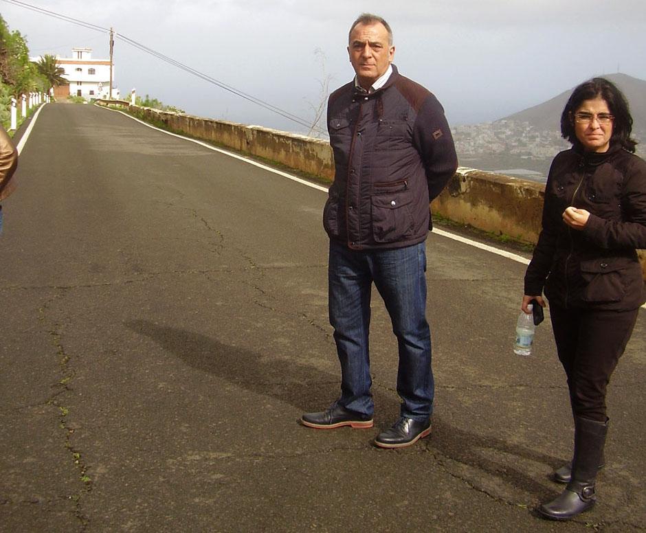 Carolina Darias, portavoz socialista en el Cabildo, y Cristóbal Rodríguez, secretario general del PSOE galdense, durante su visita a la zona.