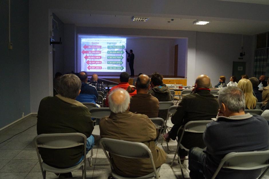El alcalde explicó los principales datos económicos del Consistorio a los vecinos de Sardina.