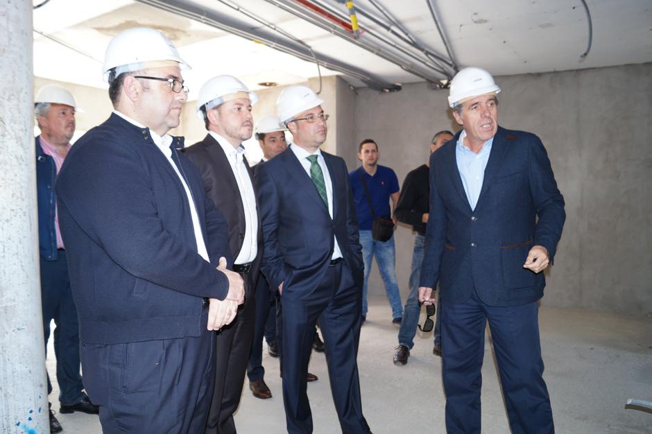 El arquitecto de la obra explica el proyecto al gerente de la ULPGC, Conrado Domínguez, al alcalde de Gáldar, Teodoro Sosa, y al presidente de la Mancomunidad del Norte y alcalde de Valleseco, Dámaso Arencibia.
