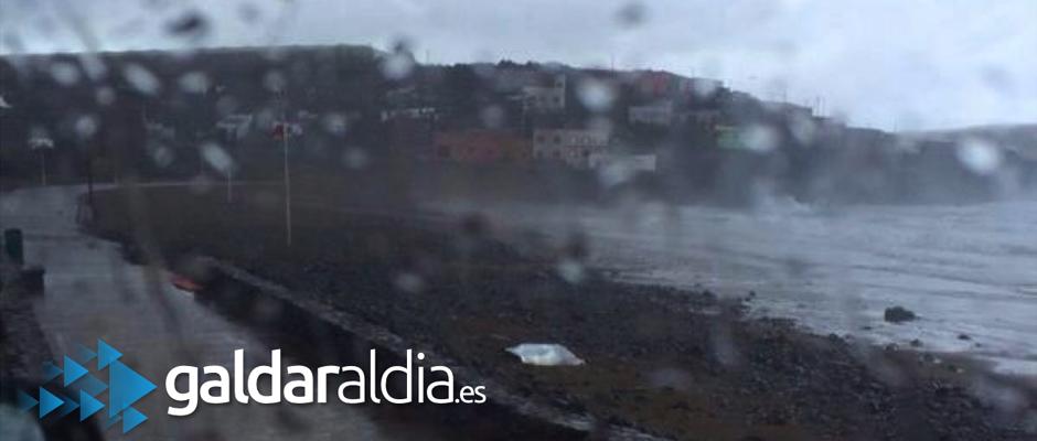 El cuerpo sin vida yace en la arena de la playa de Bocabarranco tapado con plástico blanco. Las condiciones meteorológicas han dificultado el rescate.