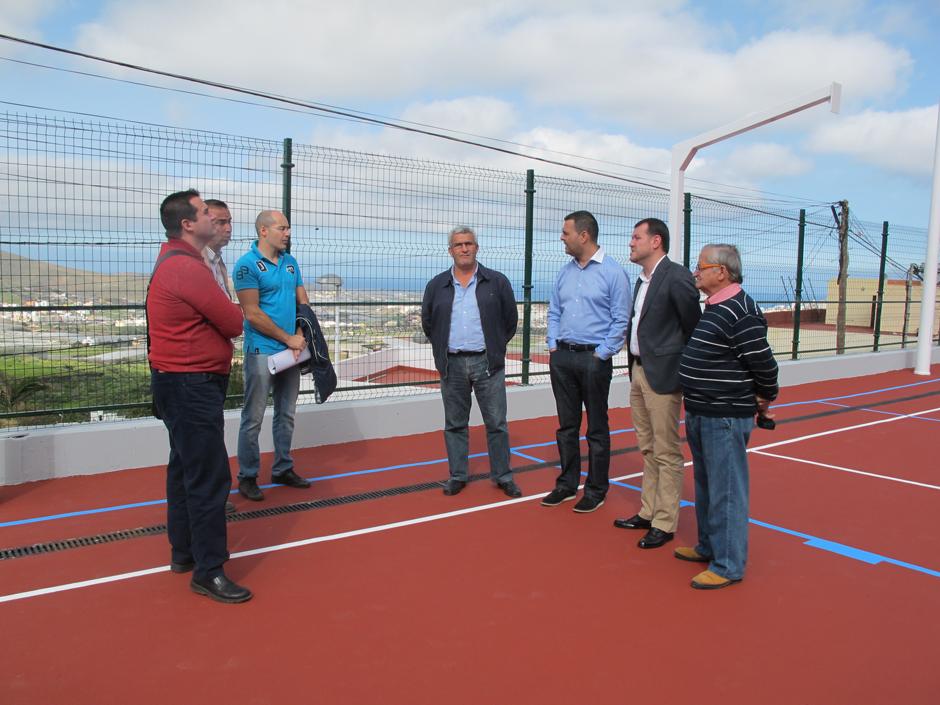 Imagen de la visita en la que los dos regidores municipales estuvieron acompañados por los representantes vecinales del barrio.