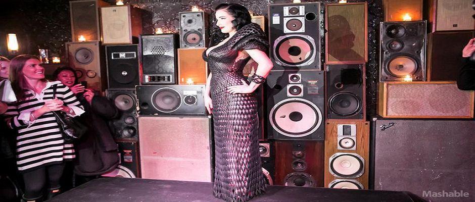 Dita Von Teese con el primer vestido en 3D. Derechos de Mashable.com