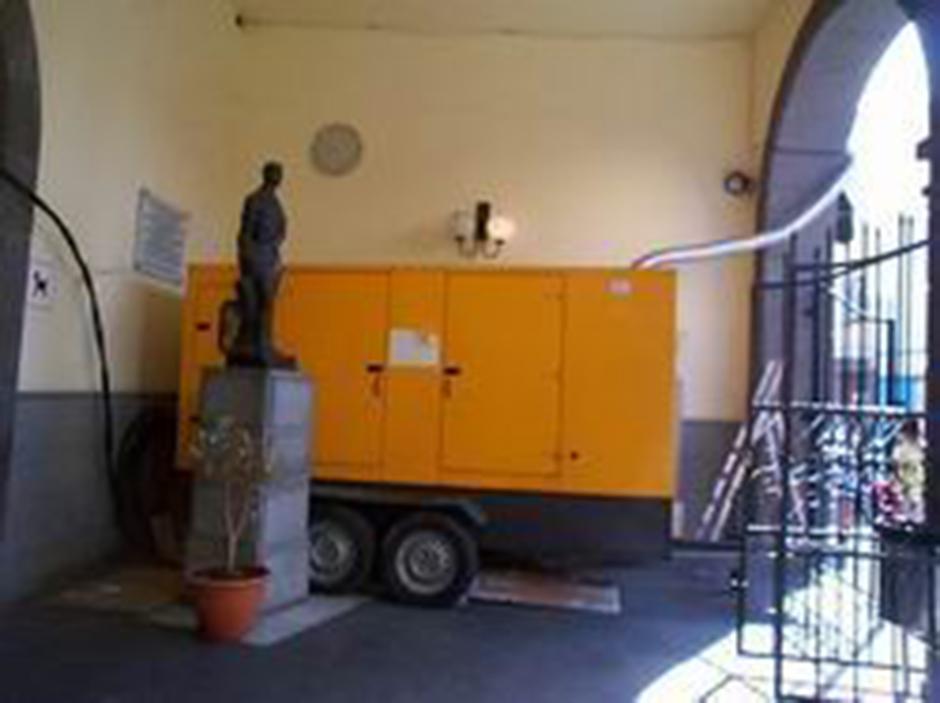 Imagen rescatada del año 2006, con un motor de generación eléctrica a las puertas del mercado municipal de Gáldar, bajo las Oficinas Municipales.