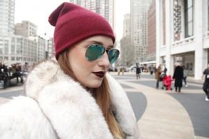 Gafas espejo y abrigo de piel.© Eleni Reynera y María Parra