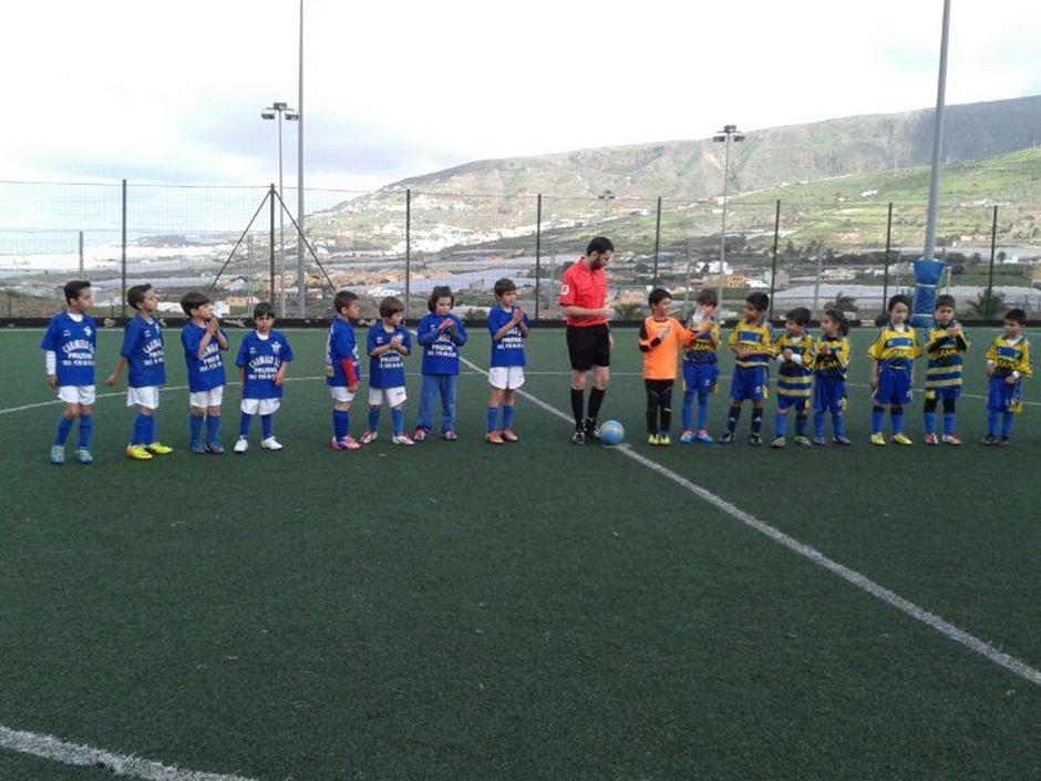Imagen de un encuentro entre el C.D. San Isidro y el Roque Amagro en el campo de Fútbol 8.
