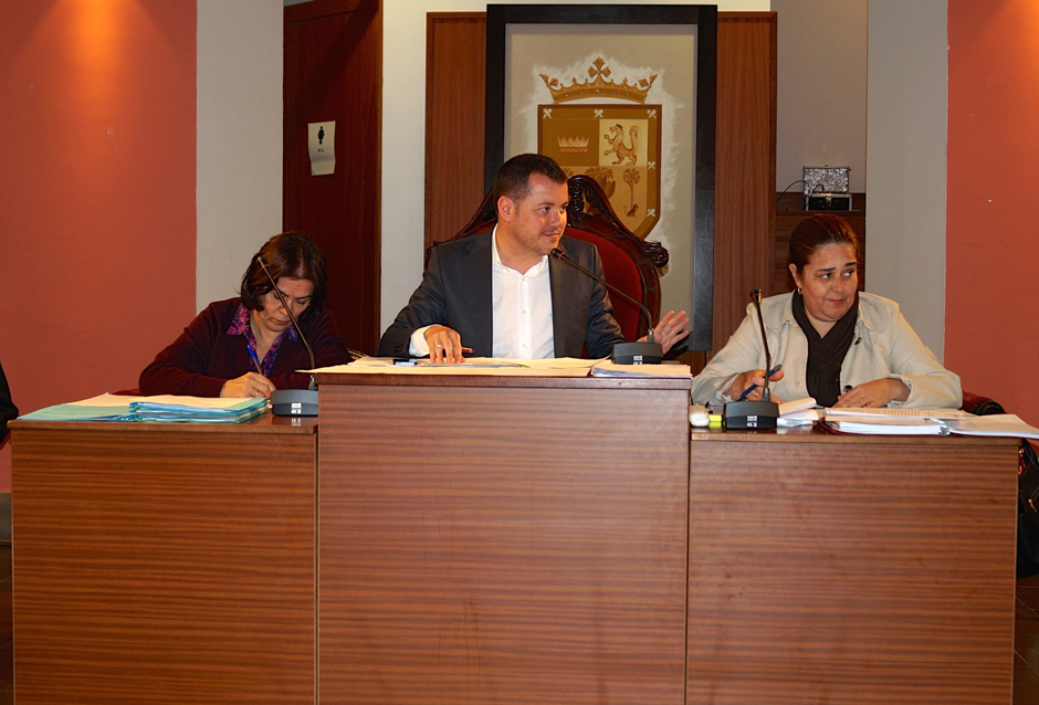 La secretaria municipal, el alcalde y la teniente de alcalde durante el pleno de marzo.