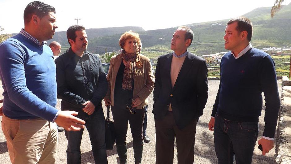 Alcalde y concejales junto con el consejero en su visita a las obras.