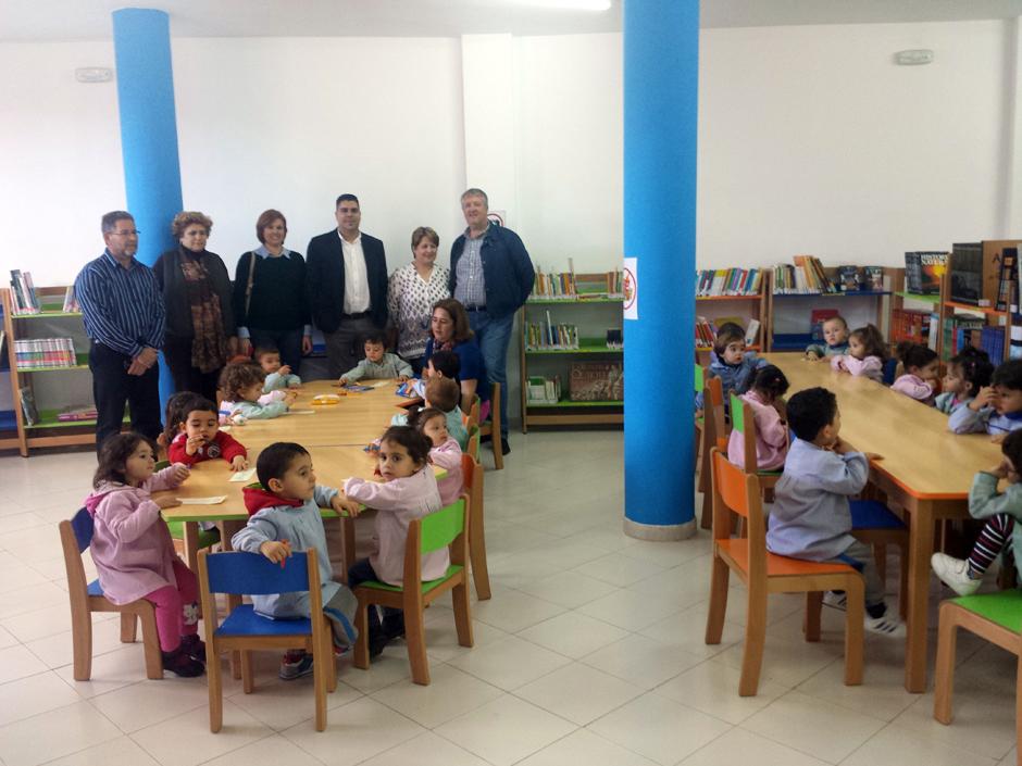 Alumnos de la Guardería Municipal de San Isidro estrenando las instalaciones de la nueva Biblioteca Infantil galdense.