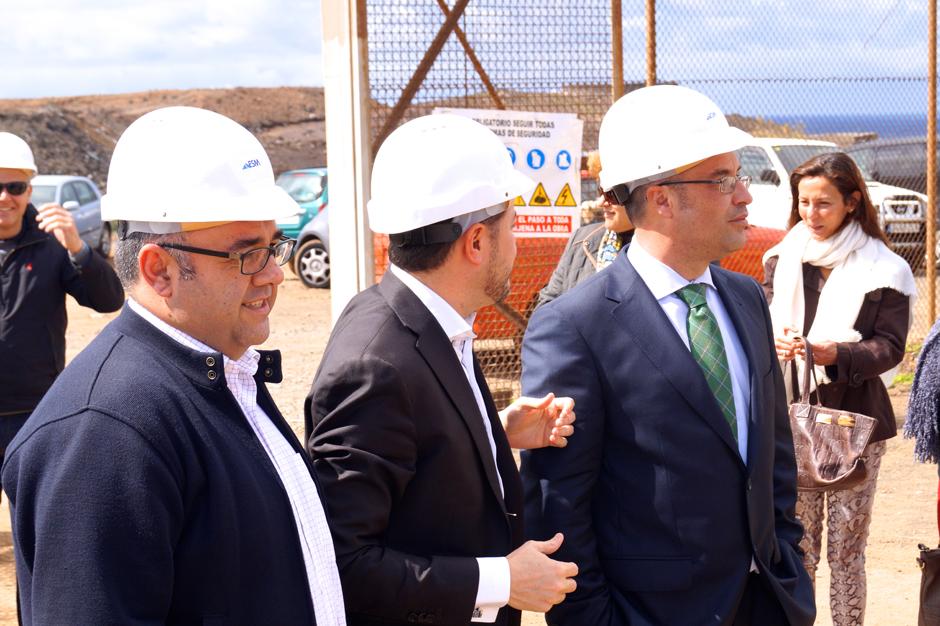 En primer plano, Conrado Domínguez en una visita a Gáldar para conocer el avance de las obras del Parque Científico - Tecnológico de la ULPGC en la Punta de Gáldar.