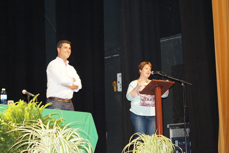 El ponente Raúl Saavedra, durante su presentación por parte de la concejala Ana Teresa Mendoza.