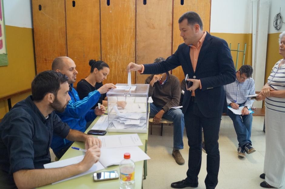 El alcalde de Gáldar, Teodoro Sosa, ejerció su derecho al voto en el Instituto Saulo Torón.