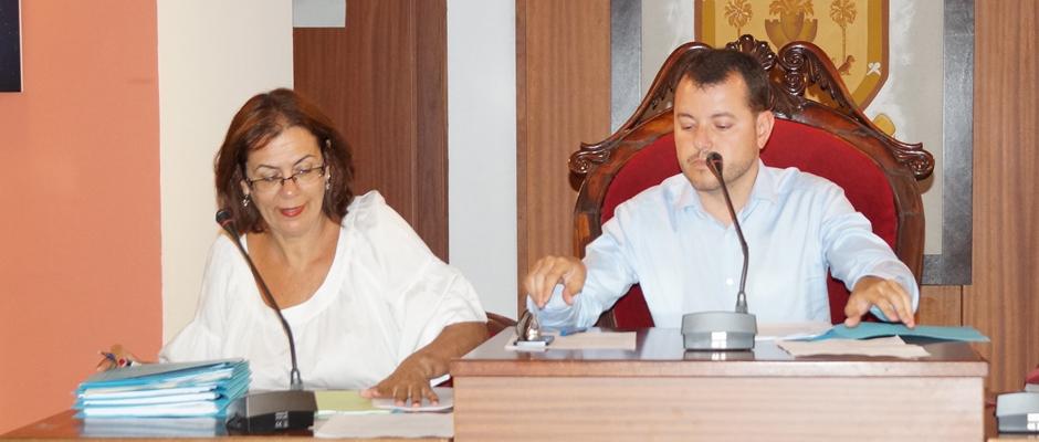 El alcalde y la secretaria municipal durante el pleno de julio.