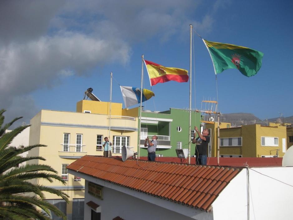 Izada de banderas. Foto: Facebook Barrial de Gáldar.