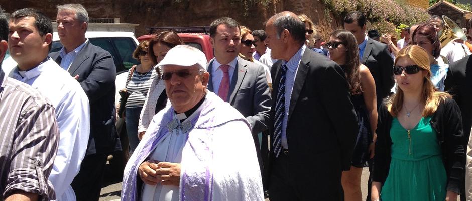 En primer plano, el nuevo párroco don Roberto en una imagen de archivo durante una procesión en Caideros.