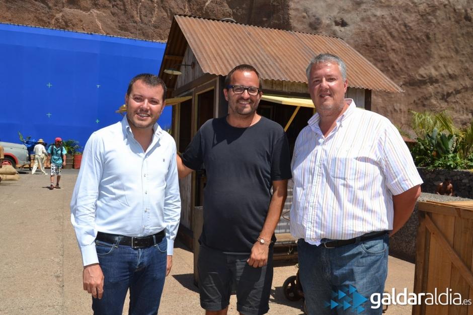 El alcalde de Gáldar, Teodoro Sosa, junto al director de la película, Fernando González, y el concejal Carlos Ruiz.