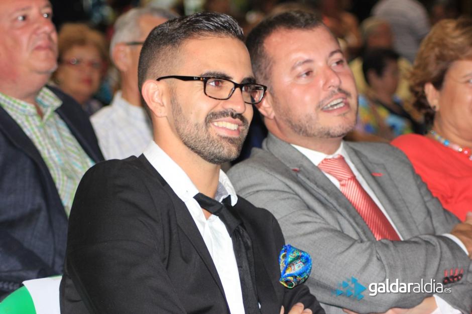 Josué García Motesdeoca, pregonero de las fiestas de este año, junto al alcalde de la ciudad, Teodoro Sosa Monzón, durante el acto de elección de la reina.