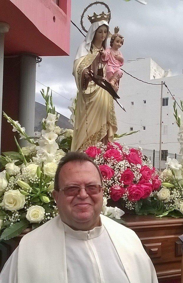 Manuel Reyes junto a la imagen de la Virgen. Imagen: Juan Ruiz Tacoronte.