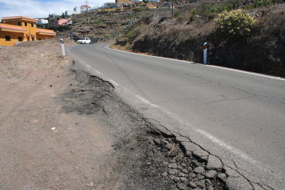 Estado de la carretera en Buenavista y sin marquesinas para esperar la guagua.
