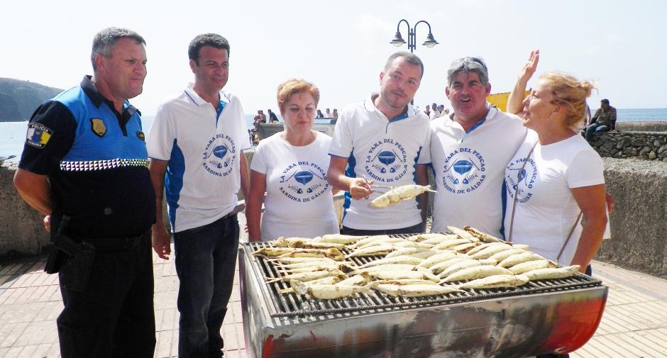 El alcalde se atrevió a asar pescado junto a los organizadores del acto en la edición del pasado año.