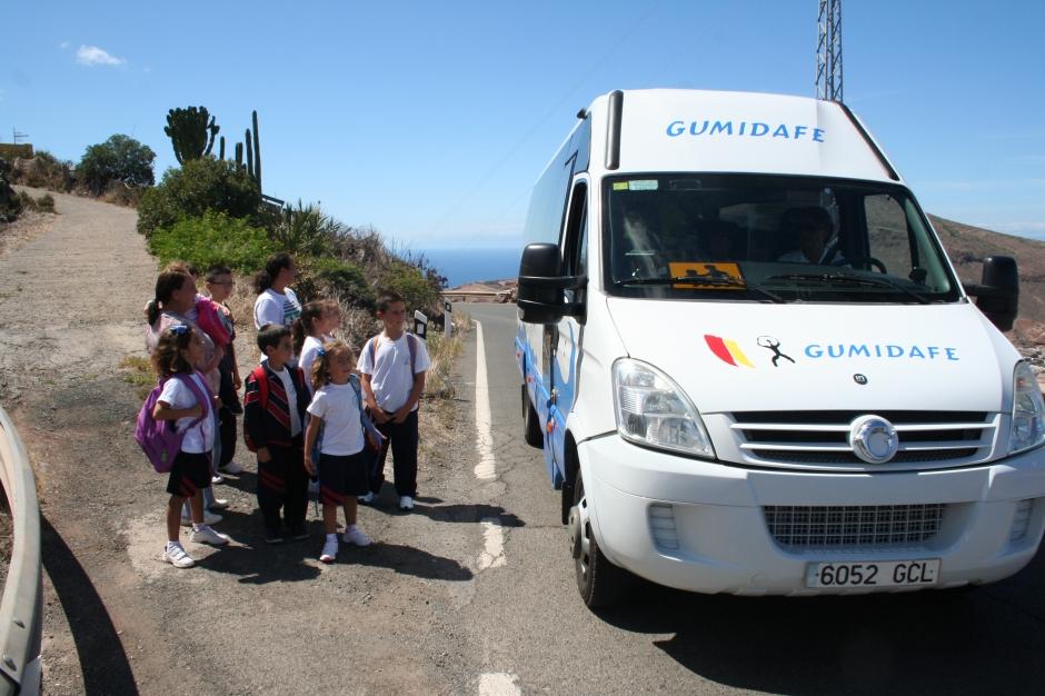 Los niños de Buenavista preparados para coger la guagua escolar.