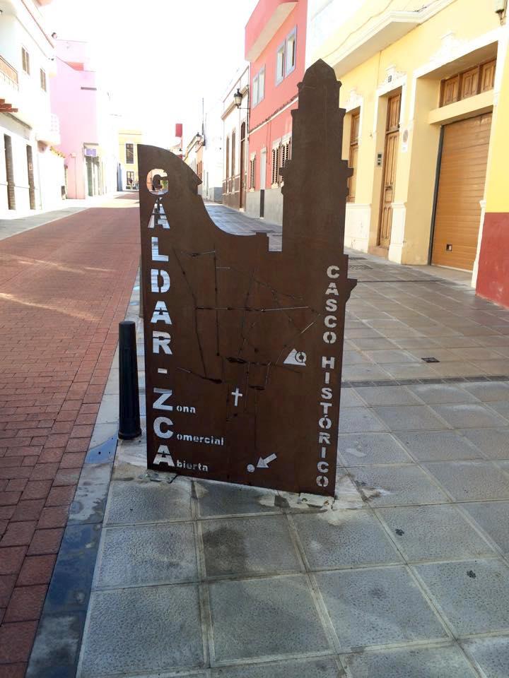 La nueva señalética instalada en la recién renovada calle Guaires promociona a Gáldar y a su Zona Comercial Abierta. Las fotos de ciudadanos y turistas con la silueta del Templo de Santiago en acero cortén ya proliferan por la red.