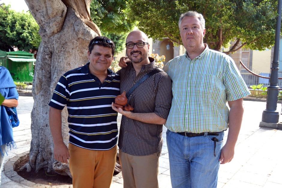 El premiado Gustavo Mendoza junto con el concejal de Cultura y el director de la compañía Timbiriqui.