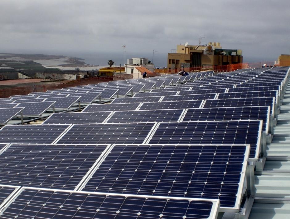 Centro de producción de energía solar sobre la cubierta del polideportivo municipal Juan Vega Mateos.