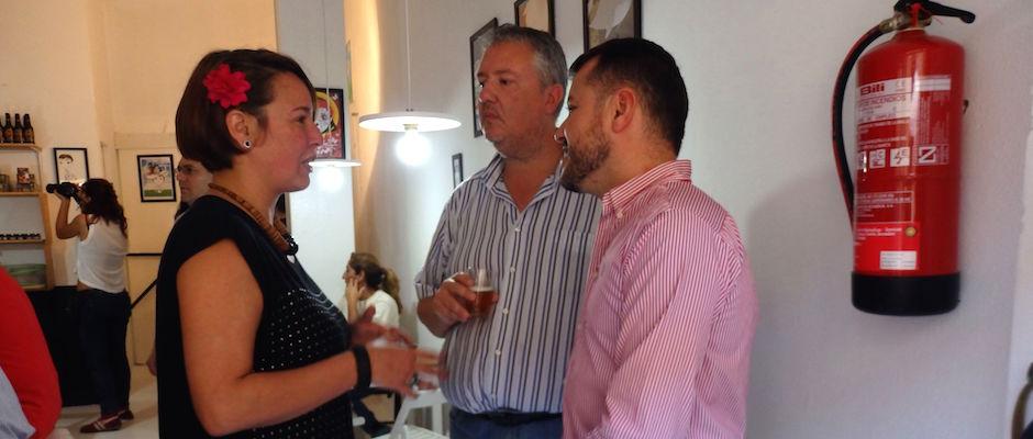 El alcalde Teodoro Sosa, y el concejal de Desarrollo Socioeconómico, Carlos Ruiz, visitan la inauguración de un nuevo local comercial recientemente en pleno centro del casco histórico.
