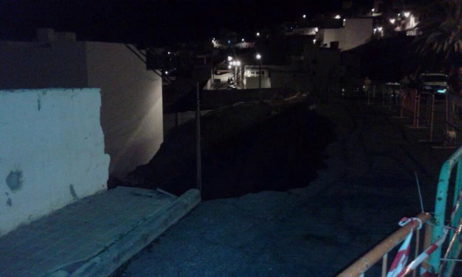 Socavón dejado en el firme de la calle tras la caída del muro.