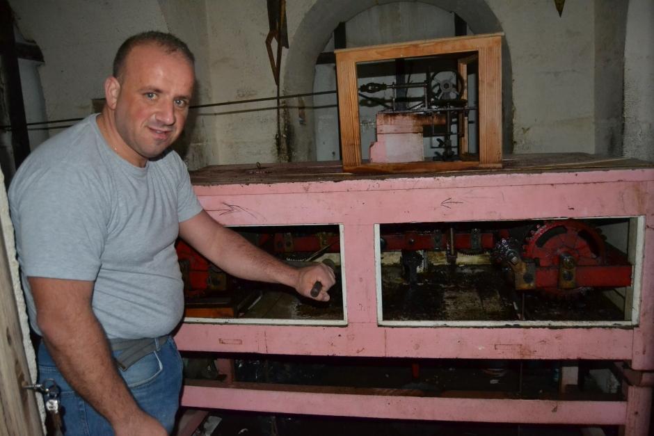Juan Antonio Mateos preparaba la maquinaria del reloj la tarde de este lunes.