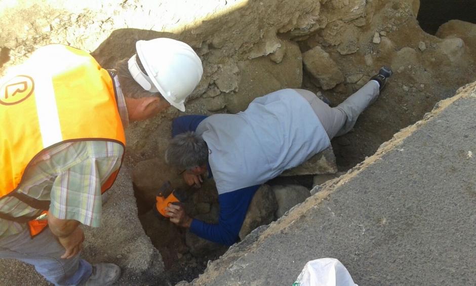 Momento en el que uno e los arqueólogos visualiza el interior de la cavidad.