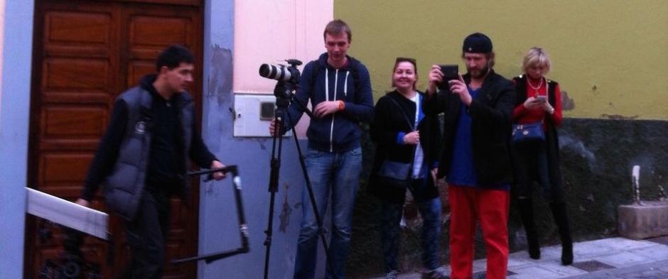 El equipo de la televisión rusa grabando por las distintas calles del casco histórico galdense.