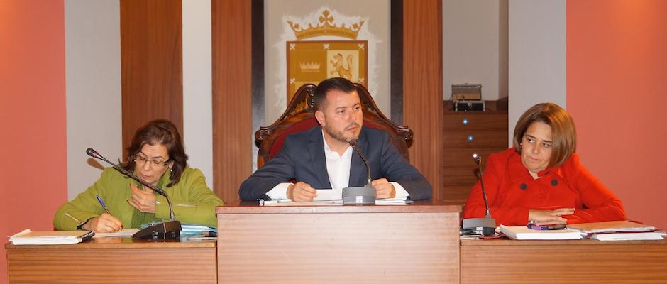 El alcalde, Teodoro Sosa, la primera teniente de alcalde, Encarnación Ruiz, y la secretaria municipal durante el pleno ordinario de enero.
