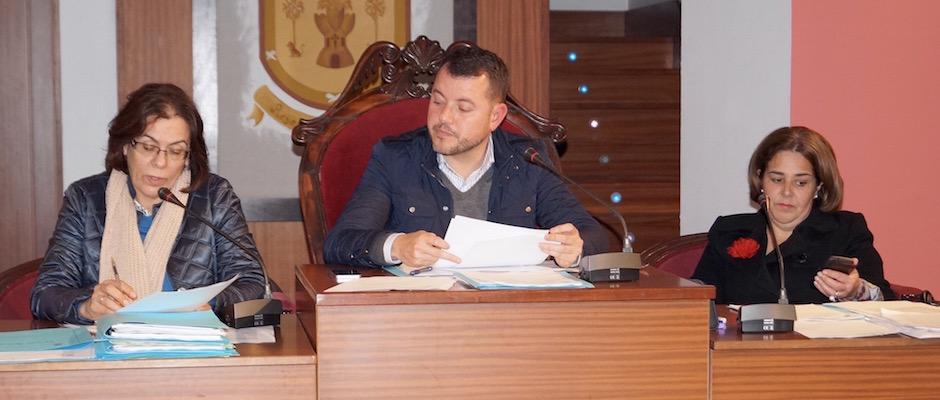 La secretaria municipal, el alcalde y la primera teniente de alcalde durante el pleno ordinario de febrero de 2015.