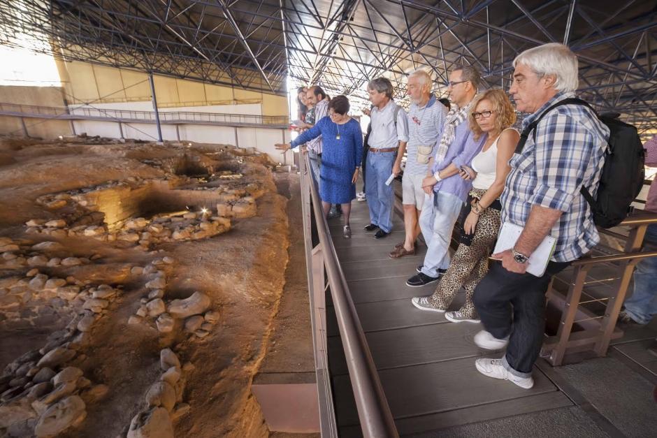 Visitantes en la Cueva Pintada.