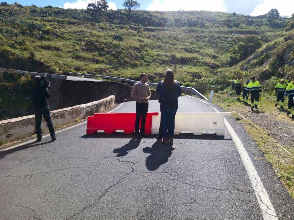 El alcalde junto al consejero en la zona afectada durante la mañana de hoy.