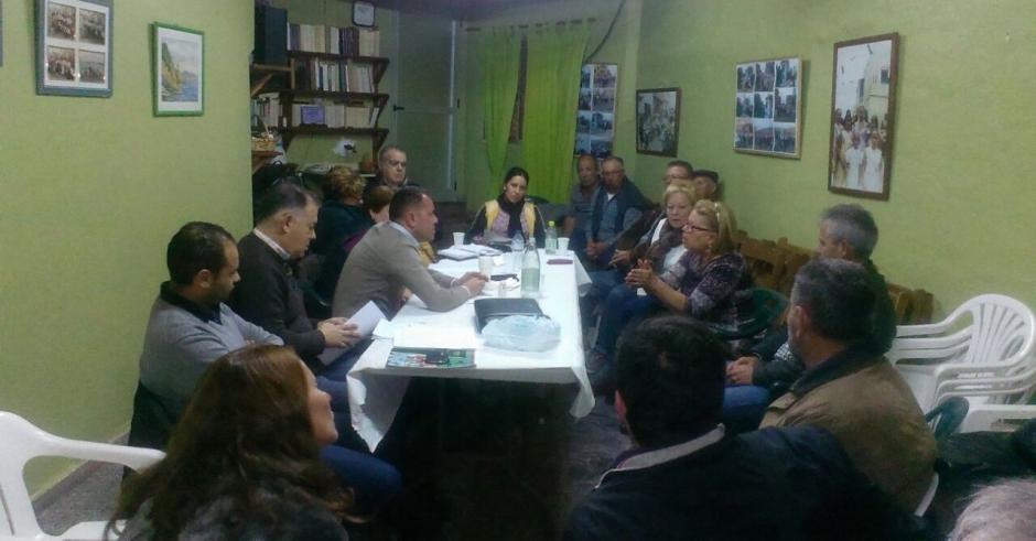 Momento de la reunión con la AA.VV de Los Dos Roques.