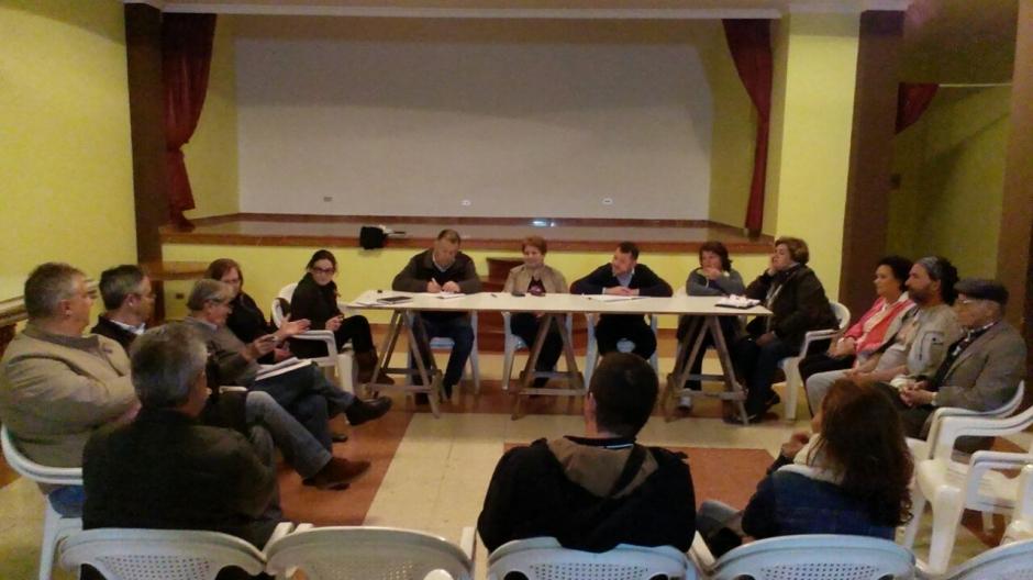 Momento de la reunión en el barrio de Anzo.