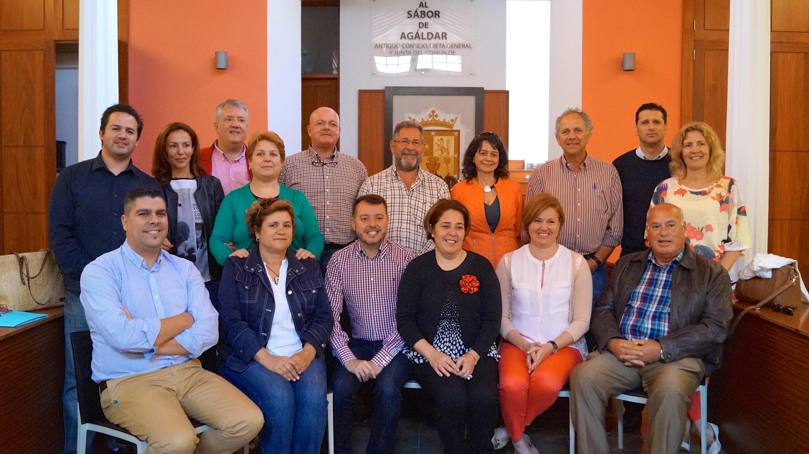 Foto de familia de despedida de los concejales asistentes a la sesión plenaria.