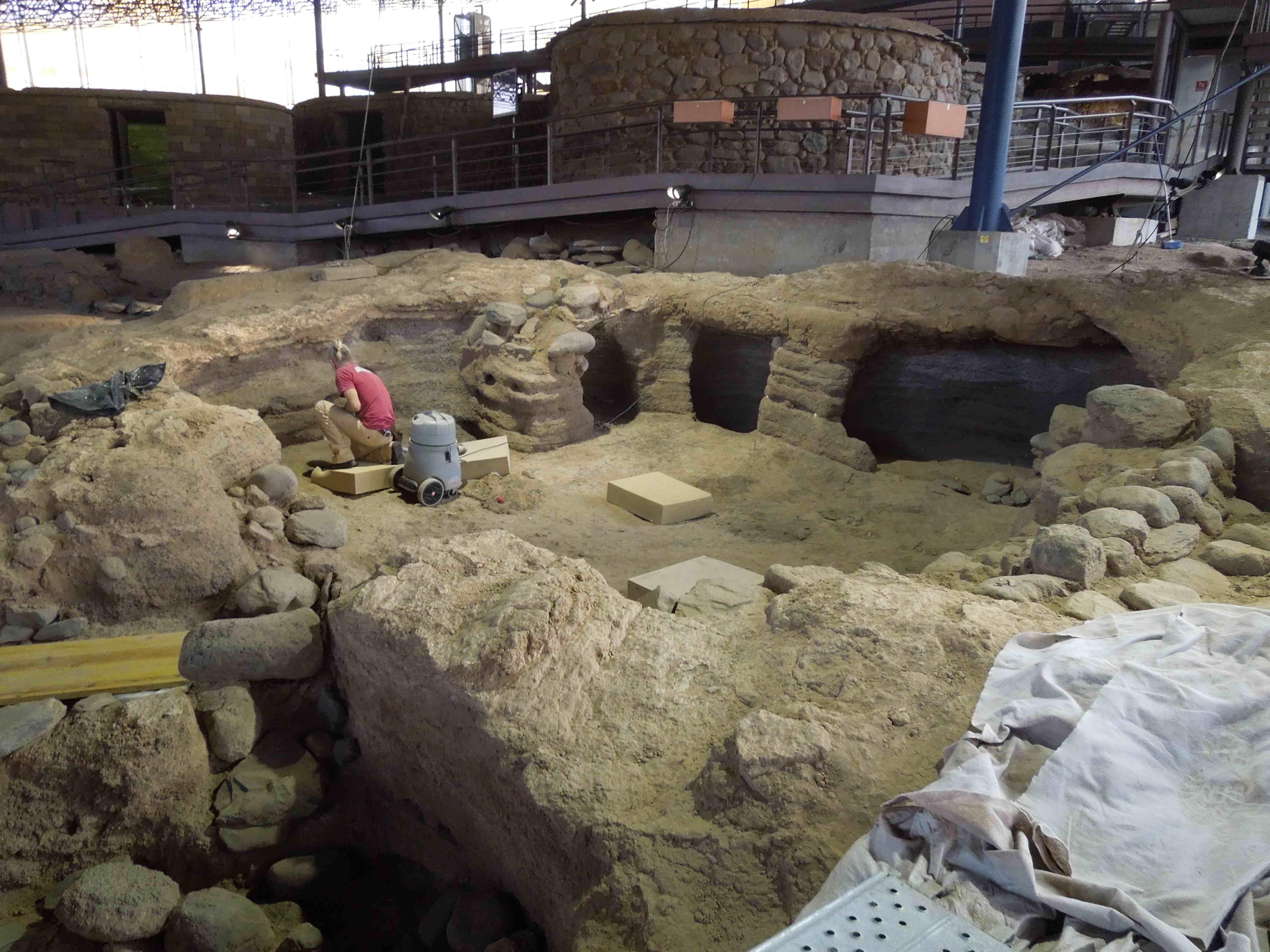 Los arqueólogos trabajando este jueves en la zona del sondeo - copia