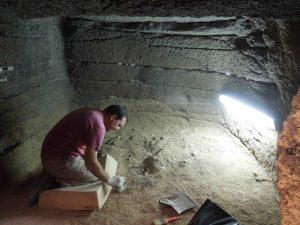 Un arqueólogo en el interior de una estructura este jueves - copia