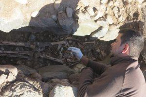Uno de los arqueólogos trabajando con los restos aborígenes de Pozo Izquierdo