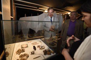 Espectadores en la muestra 'El largo viaje... De Altamira a la Cueva Pintada'