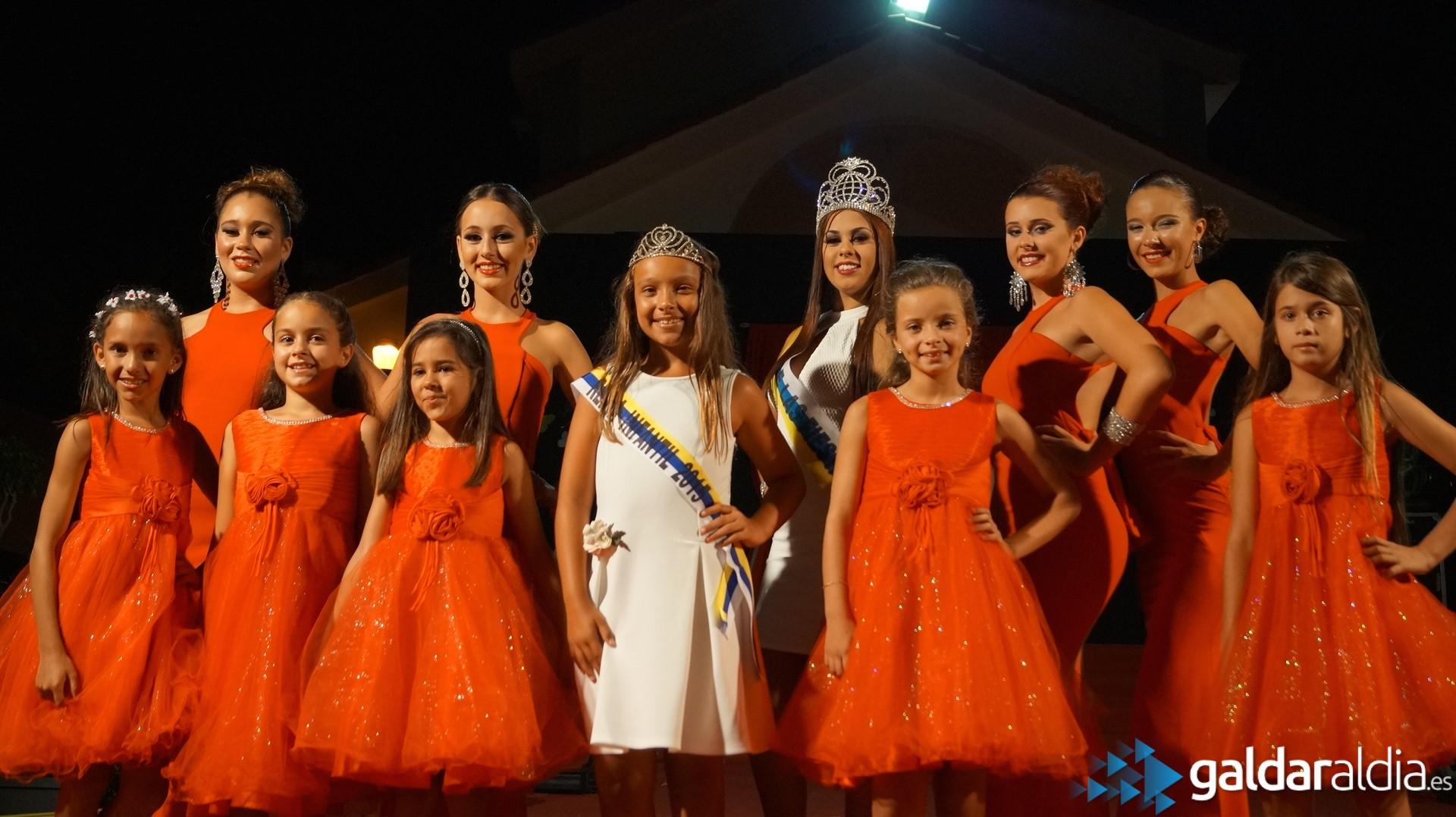En la imagen, las reinas del pasado año (en traje blanco), acompañan a las reinas (ambas a sus manos derechas) y cortes de honor 2016.