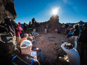 TEJEDA (Canarias). 08/08/2016.- El conjunto arqueológico del Roque Bentayga dió la bienvenida al equinoccio de otoño para el hemisferio norte en un despliegue de coincidencias que marcan inequívocamente su entrada y que pone de relieve hasta qué punto los aborígenes grancanarios tenían un alto control del movimiento de los astros. Tanto es así que está integrado en su proyecto para declarar los espacios sagrados de montaña como Patrimonio de la Humanidad.